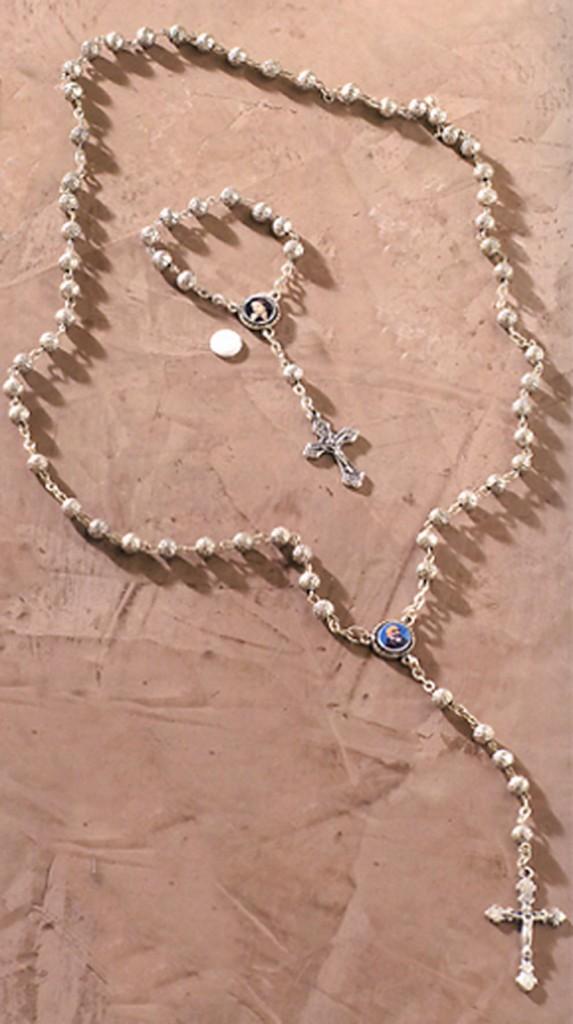 Rosario con perlas plateadas