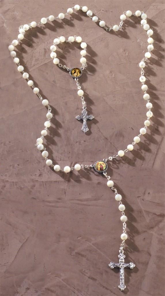 Rosario con perlas blancas